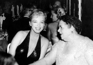 Мэрилин Монро с журналисткой Эльзой Максвел